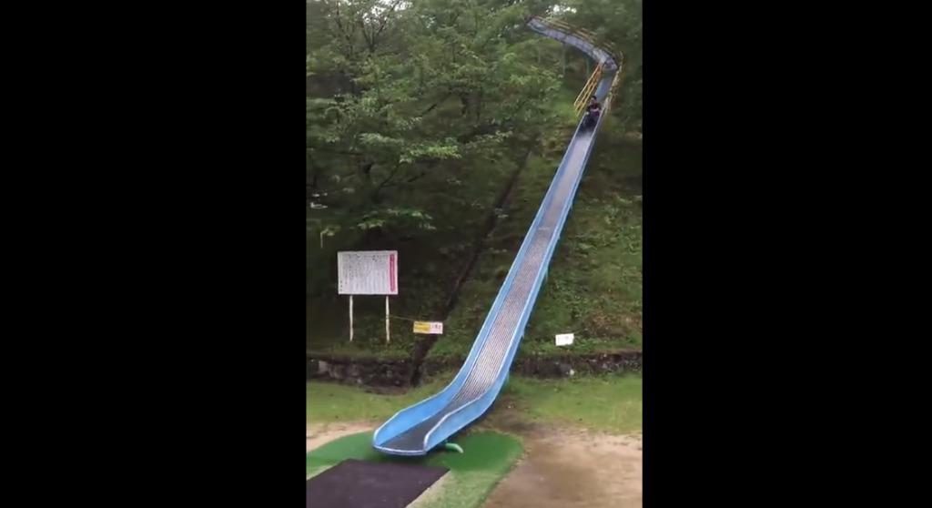 雨の日の滑り台はスピードが出過ぎて超危険!!