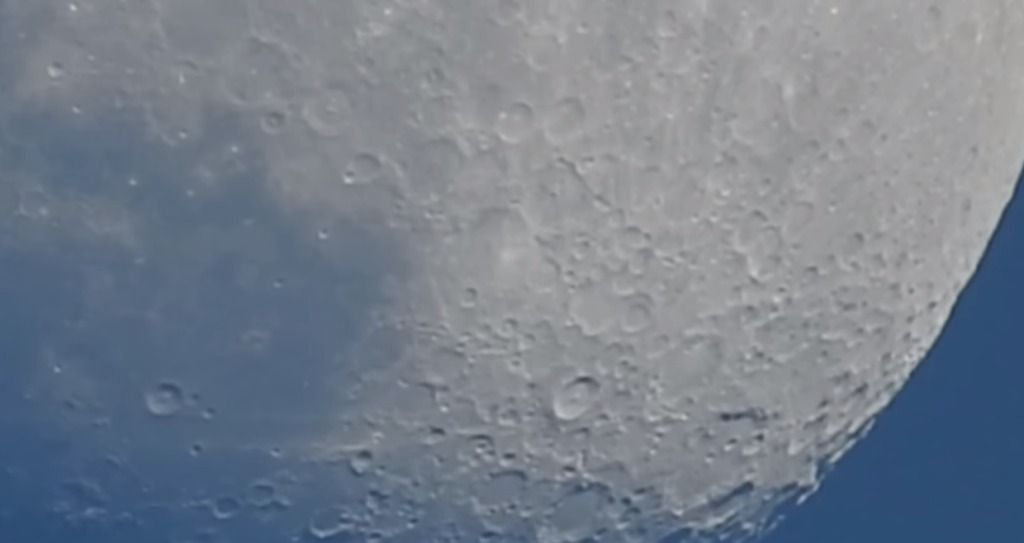 月がこんなに近くに!ニコンの低価格帯カメラのズーム性能が凄い!!
