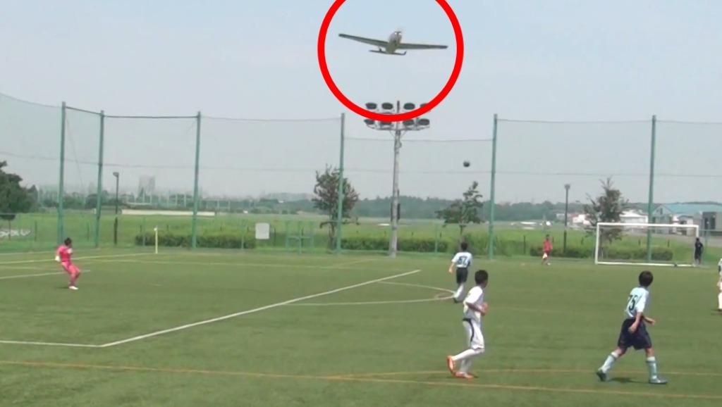 【速報】調布の飛行機事故で、墜落直前の映像が撮影されていた。映像では上空を通り過ぎた直後「ドーン」という落下音が!!