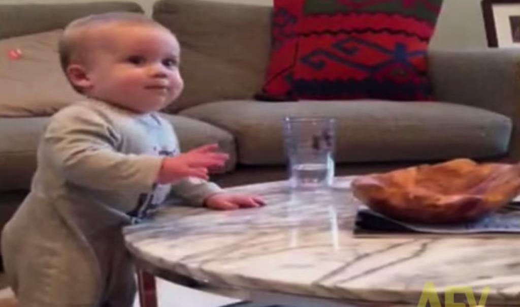 ママが「ダメ!」と言うのに笑顔でコップを落とそうとするドSな赤ちゃんwwwwwwwww