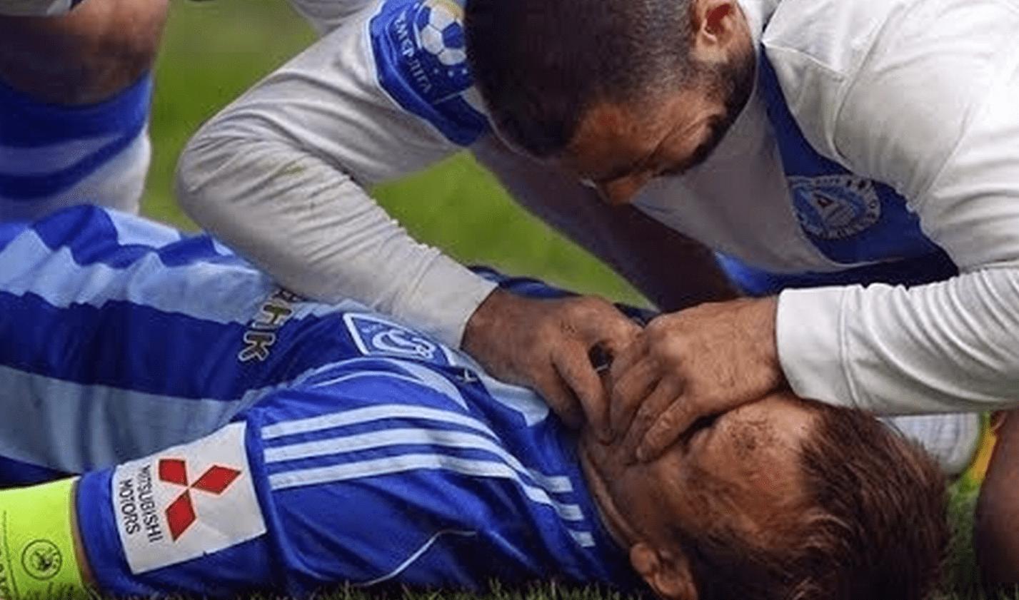 【感動】サッカーの試合で選手同士がぶつかって失神!いち早く駆け寄って救ったのは対戦相手だった!!