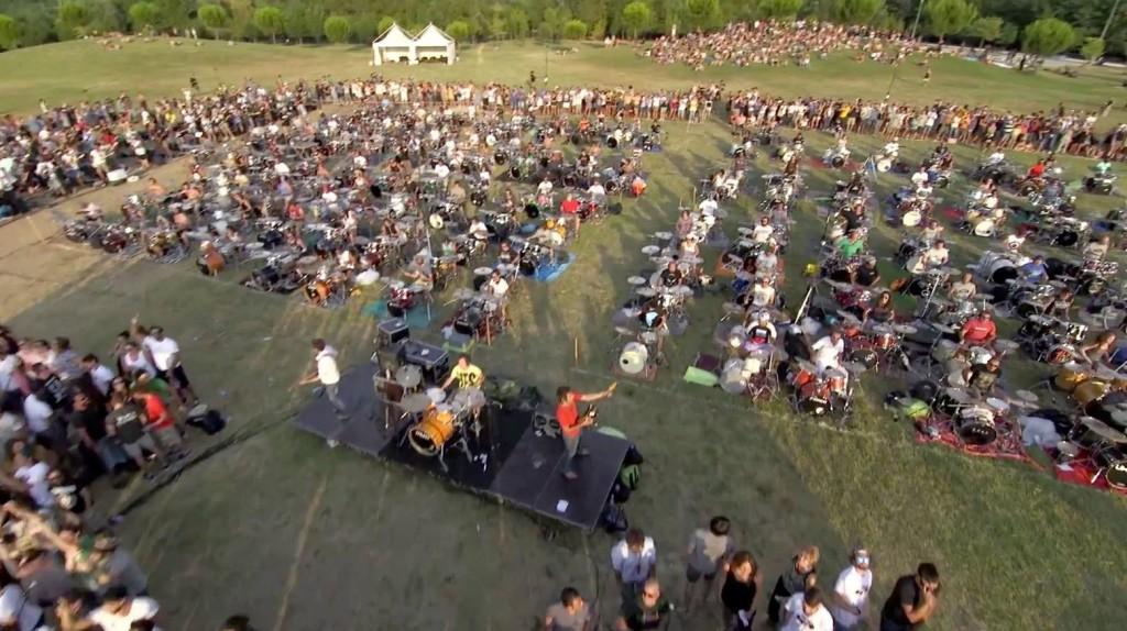 1000人のミュージシャンと「フー・ファイターズ」が演奏する大迫力映像が公開!!