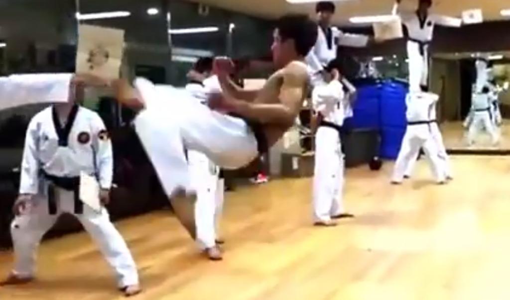 【神業】並んでいる板を次々と蹴っていくテコンドーの技が凄い!!
