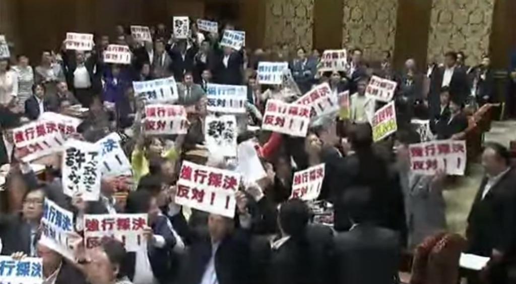 コントか!委員長「安保法案に賛成の方は起立」!野党「反対!反対!」立ち上がって抗議した結果、起立多数で可決?!