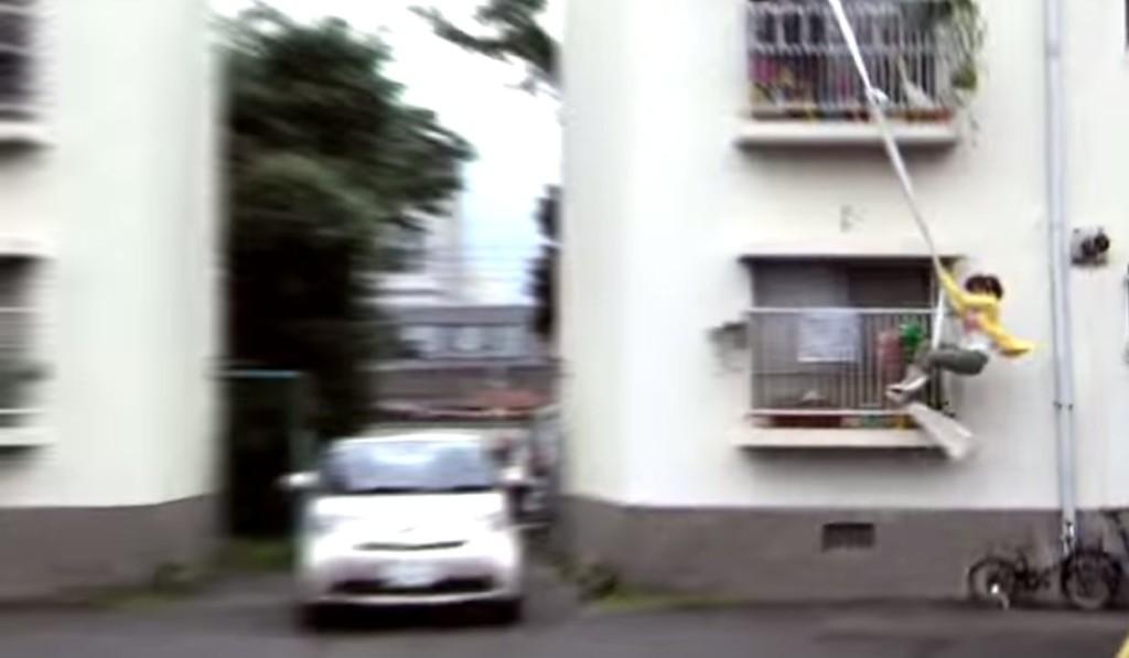 アクロバティックすぎる方法で車に乗り込む主婦!家から一歩も地面に足をつけずに車に乗り込む!!