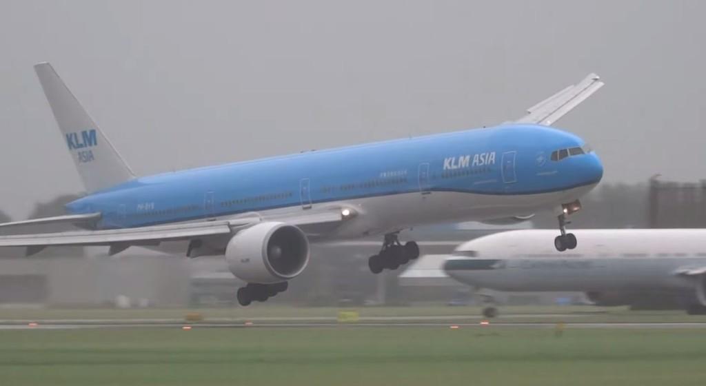 パイロットお見事!嵐の中、左右に大きく揺れながらボーイング777が墜落寸前の危険な着陸!!