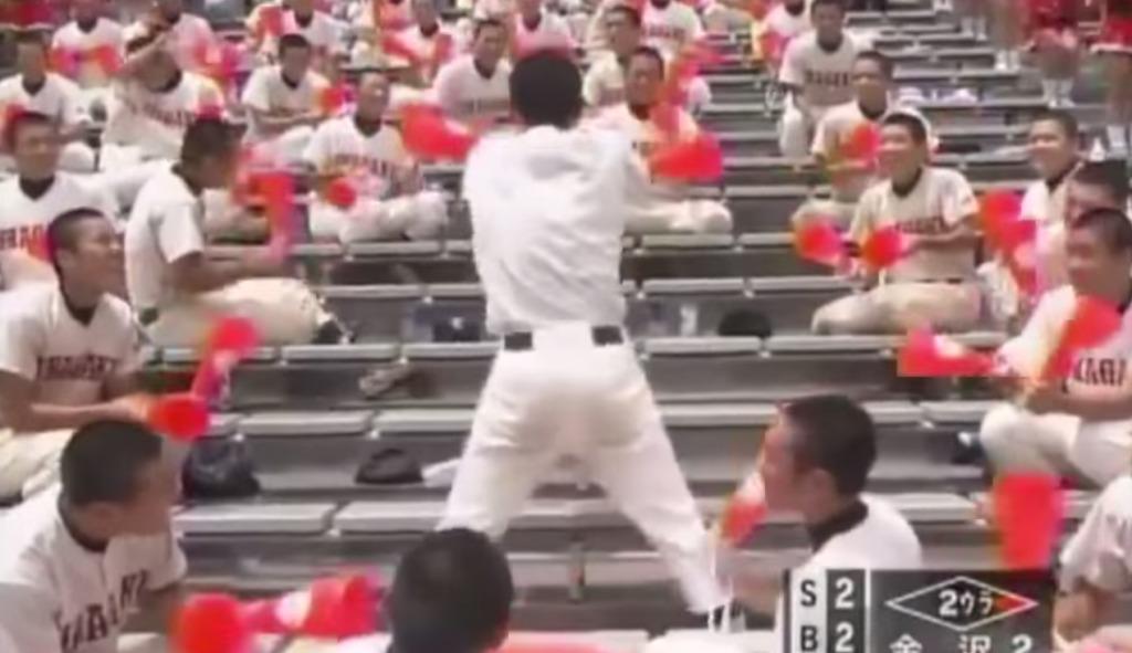お尻をクイックイッ!高校野球の応援でキレッキレのダンスをする高校生wwwwwww