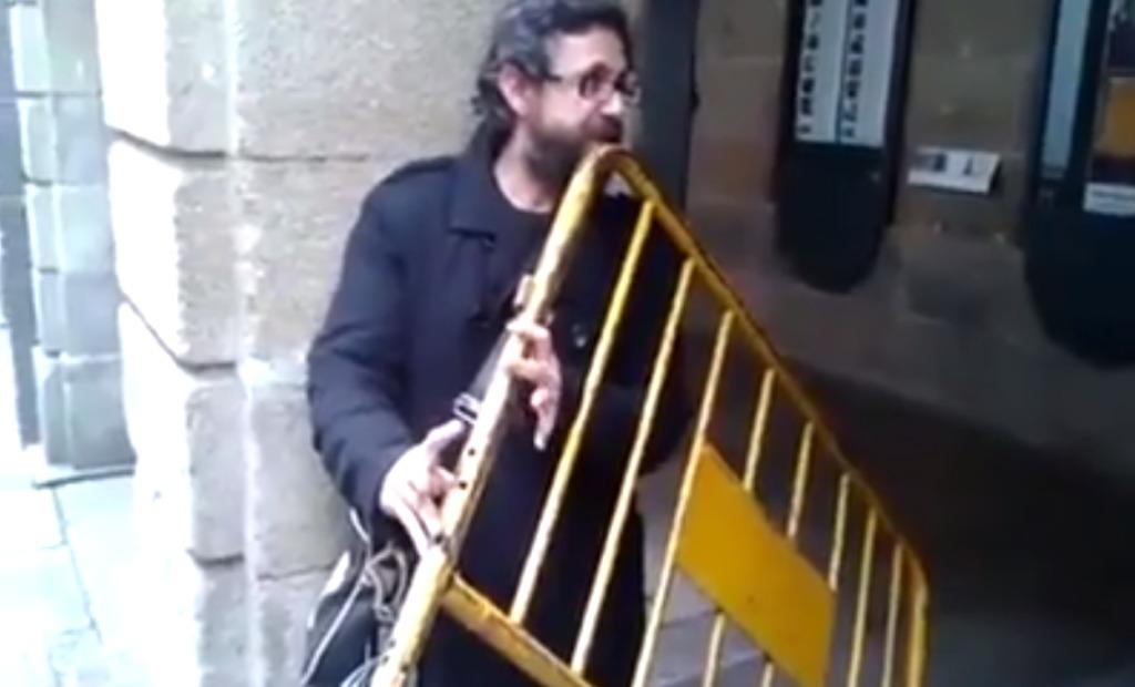見た目からは想像できない!「ハードル」でフルートのような美しい音色を奏でる男!!