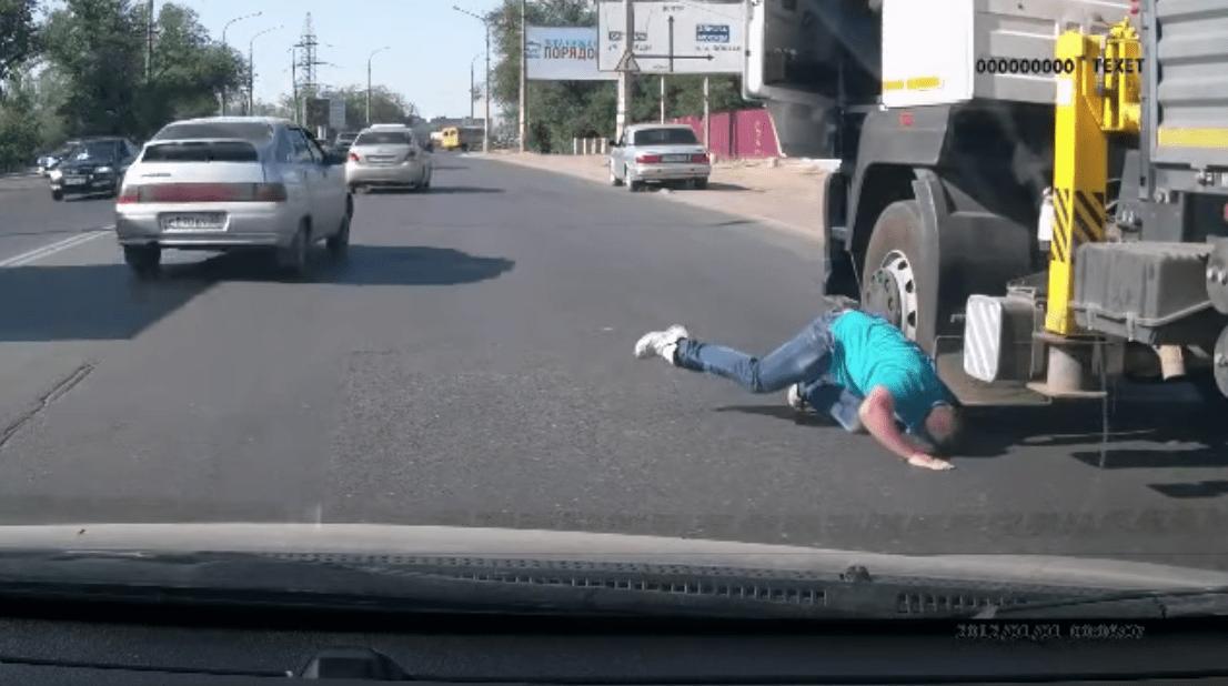 おじさんカッコイイ!走行中トラックの車輪の下に隠れてしまった子猫を危険を冒して救出!!
