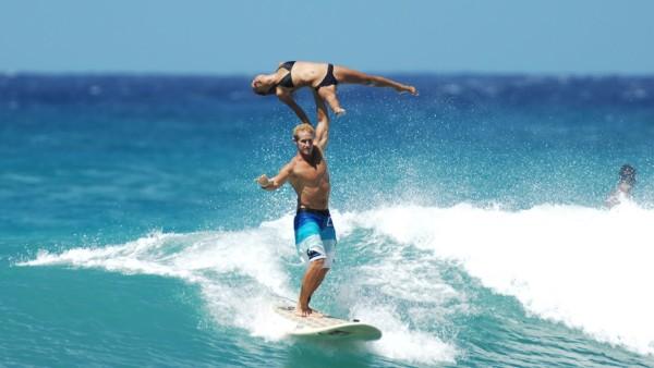 【神業】サーフィンをしながら難易度の高いペア体操をキメまくる!!