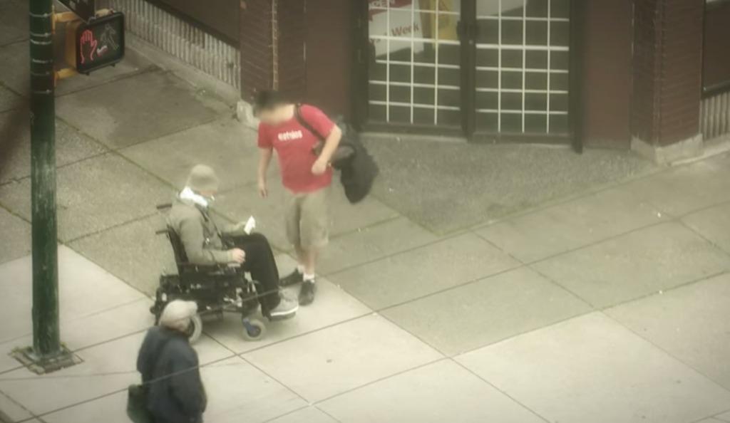 【感動】車椅子の人々に対する暴行事件が発生し、警官がおとり捜査した結果、予想に反し人々の反応は思いやりに溢れるものだった。