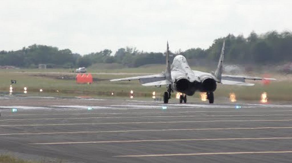 ロシアの戦闘機「ミグ29」が衝撃的すぎる離陸をする!離陸後ほぼ垂直に急上昇!!