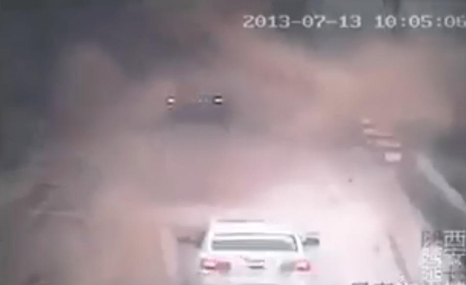 土砂崩れに巻き込まれた一台の車。誰もが「死んだ。。」と思ったその時、奇跡が起こった