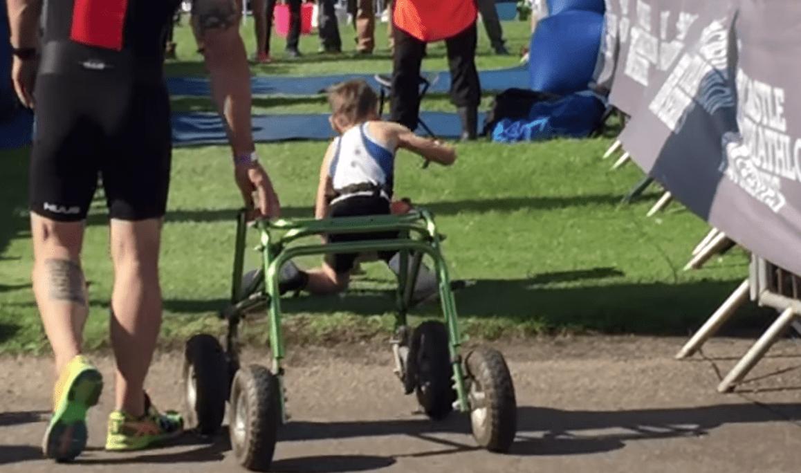 【感動】脳性麻痺の少年がトライアスロン完走!歩行器を捨て、何度も転びながらゴールへと向かう姿に心動かされる。