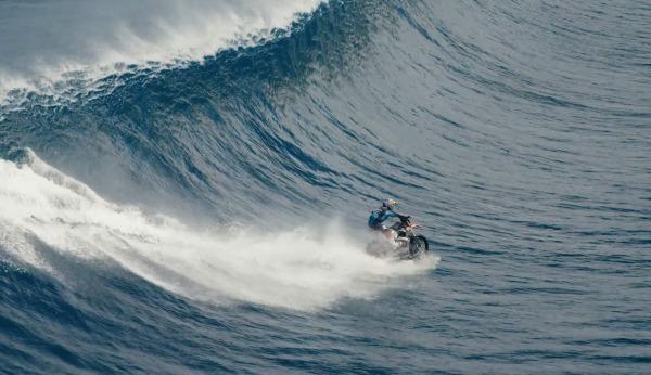 【神業】バイクで波乗り!水上を走りまくってサーフィンする衝撃映像!!
