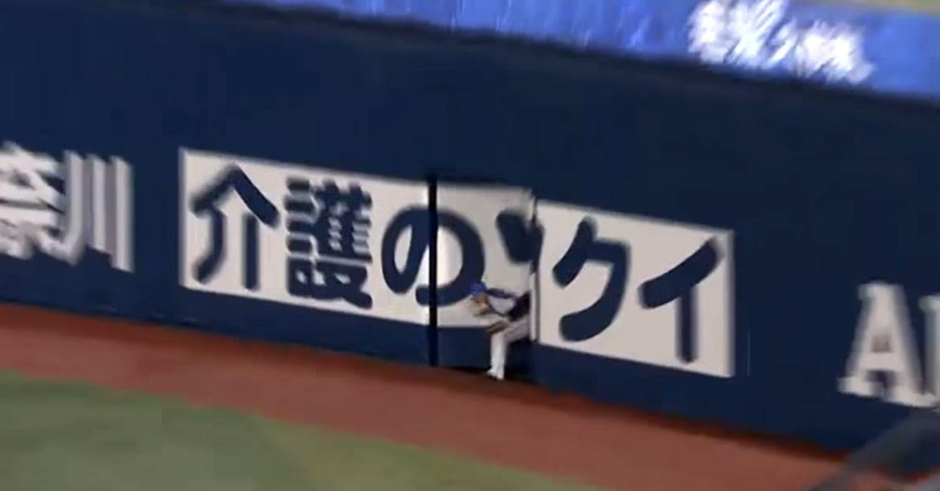 プロ野球史上稀に見る珍プレー!壁に吸い込まれて消えた選手!?