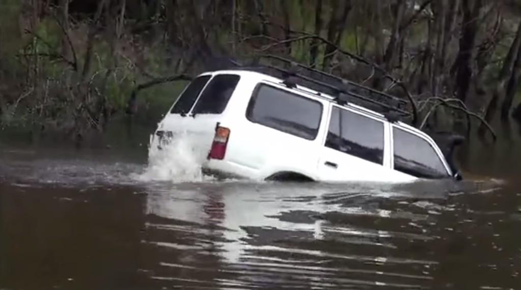 川を泳いでる!?トヨタ・ランクルの走行シーンが海外で話題に!!