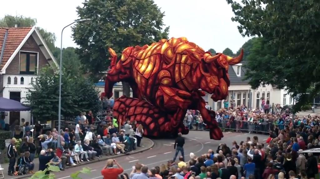 世界最大のフラワーパレードで優勝した花の「暴れ牛」が凄い!現実感がなさすぎてCGみたい!!