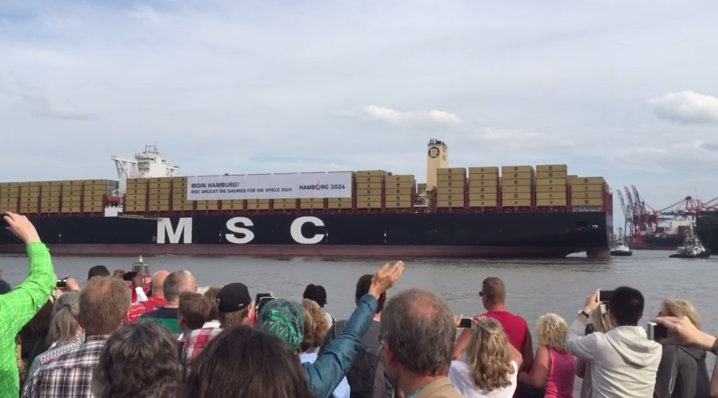 大迫力!世界最大級の貨物船が、汽笛でスターウォーズのテーマ曲を演奏してくれた!!