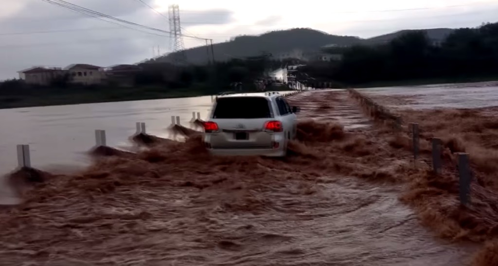 濁流の川を渡りきるトヨタ車に外国人絶賛!!!