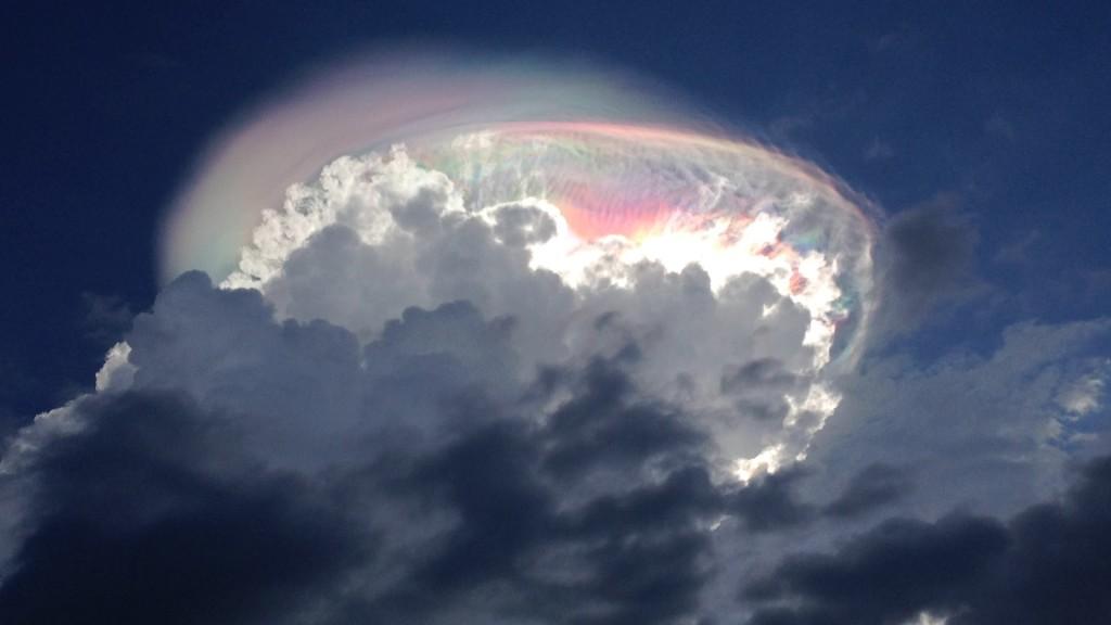 【自然の神秘】神々しい。。コスタリカの上空に「虹の雲」が現れ話題に!!