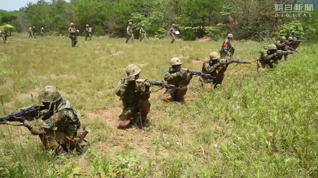 若い自衛隊員が銃で人殺しを練習している現実。この映像は現代日本をぬくぬく生きる自分には衝撃的だった