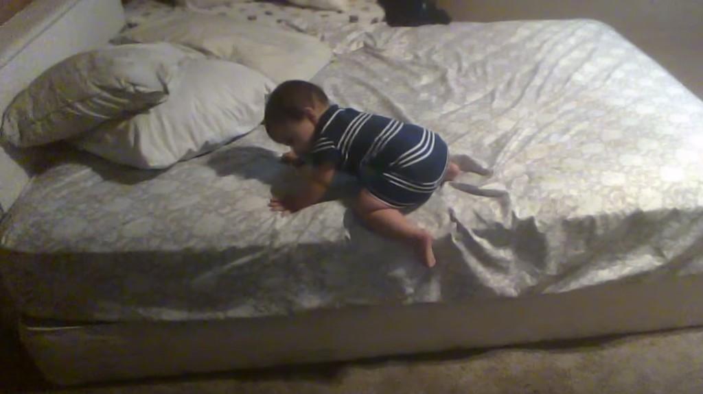 【天才!】ベッドが高すぎて降りられない11ヶ月の赤ちゃんが、安全に降りるために考えた方法が賢すぎると話題!!