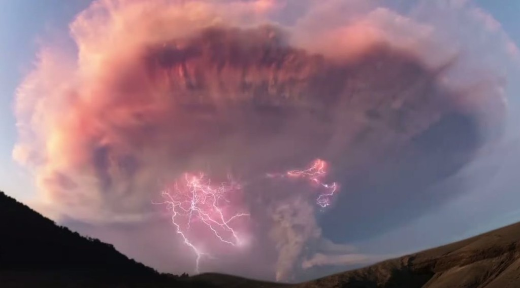 【大自然】カルブコ火山の噴煙の中で、カミナリが発生しまくる映像がスゴい!!