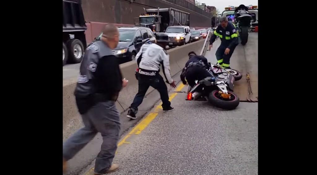 女性警察官が押収したバイクを積もうとして失敗!修理代出るのかな。。
