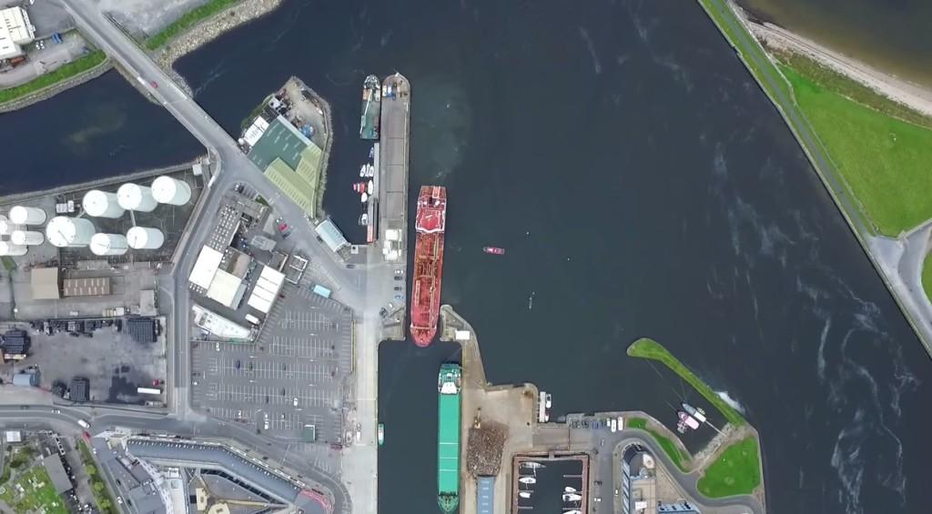 【神技】巨大な船が小さな港に幅ギリギリの入港!巨大な船体を精密に操る運転技術は、もはや神技レベル!!