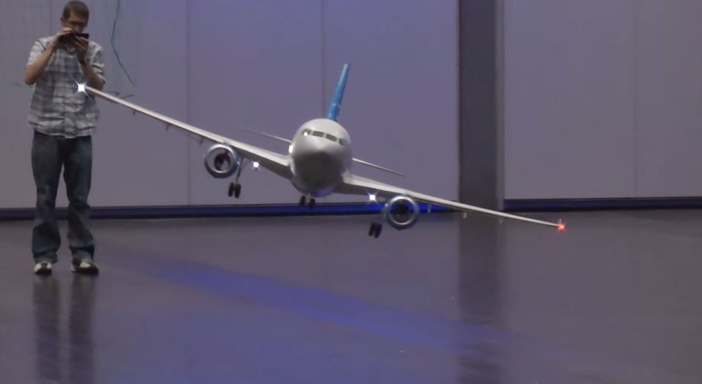 一体どうやって飛んでるの?!CGかと疑うほど優雅にゆっくり飛行するラジコンの秘密!!