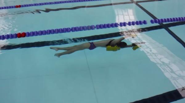 両腕にスクリューで、凄い速さで水中を進めるガジェットが凄い!!
