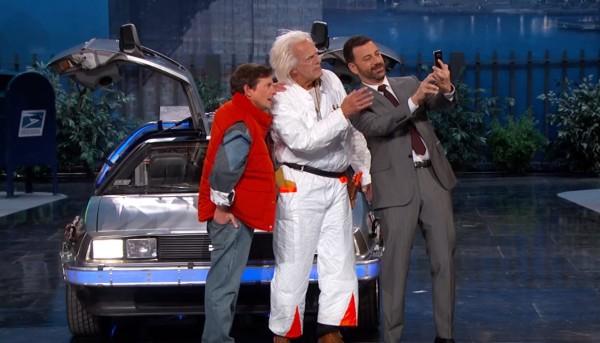 「バック・トゥ・ザ・フューチャー」のマーティとドクの本物がデロリアンに乗ってテレビ番組に登場!!