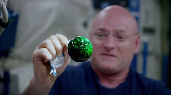 【NASA】無重力空間に浮かぶ「水の玉」に着色していく映像が、息を飲む美しさ!!