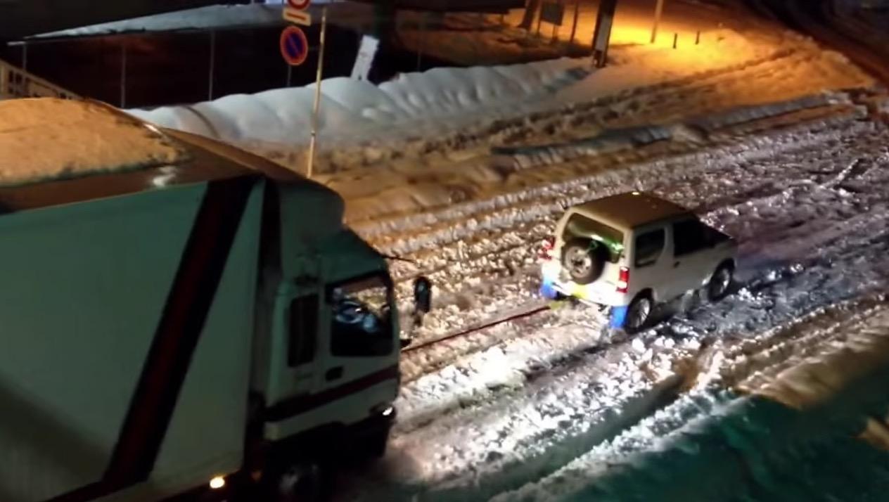 記録的大雪で立ち往生した大型トラックを引っぱる「小さな車」の正体は?!!