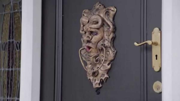 【いたずら動画】訪問営業を撃退するために仕掛けたドアがおもしろい!