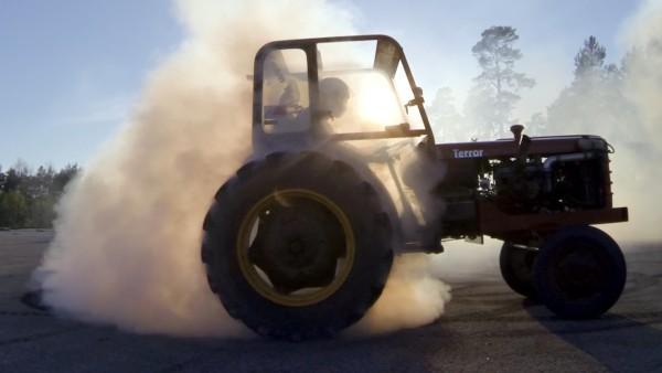 衝撃のハイパワー!トラクターでドリフトをやってみた!!【225馬力】
