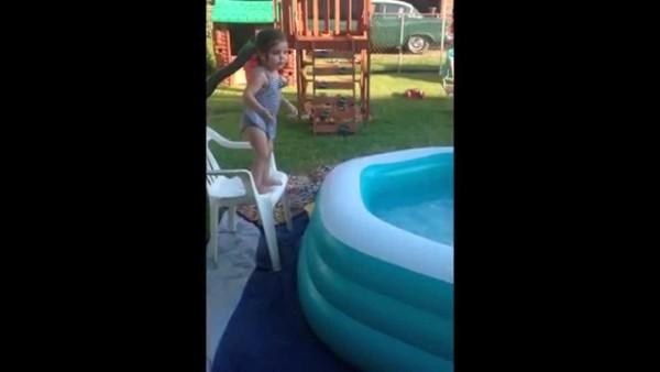 【爆笑】女の子のプールの飛び込みがおもしろい!