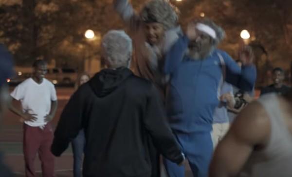 【バスケおじいちゃん、再び】バスケコートに乱入した3人のホームレスの老人たちが、超絶スキルで若者を翻弄!!