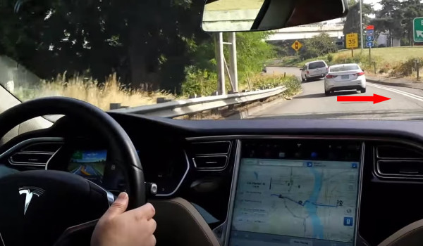 「テスラ」の自動操縦でちょっと危なかった!高速道路の出口で窪みを側道と誤認識?!