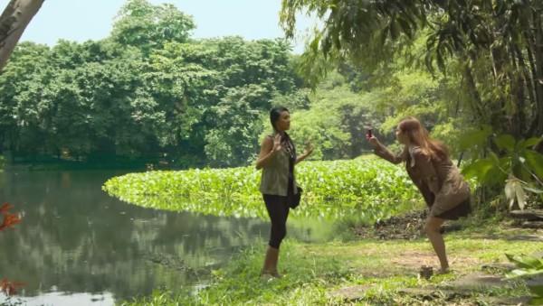【ビックリ注意】ブランド物のワニ皮バッグを持った女性が、沼地ではしゃいでいた結末。。