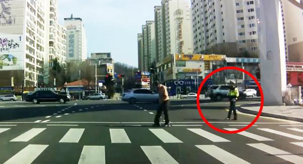 【ドラレコは見た】一人の警察官が道を渡るおじいさんへ見せた優しい行動に心温まる!!