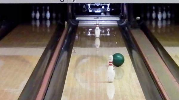 【神技】ボーリングで、2本のピンを縫っての信じられないミラクルショットが炸裂!!