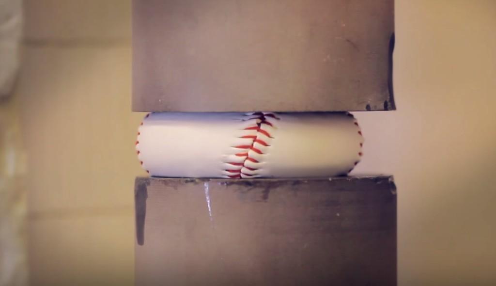 硬式野球ボールを4.5トンの力で押しつぶしてみた結果に衝撃!!