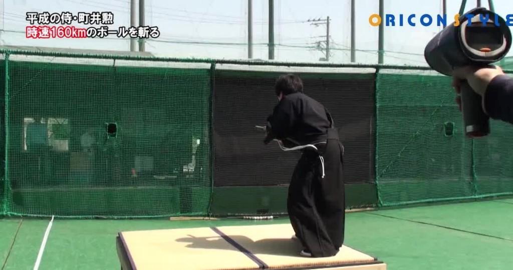 【神業】超近くから発射された時速160kmのボールを日本刀で一刀両断!「平成の侍」が世界中で話題に!!