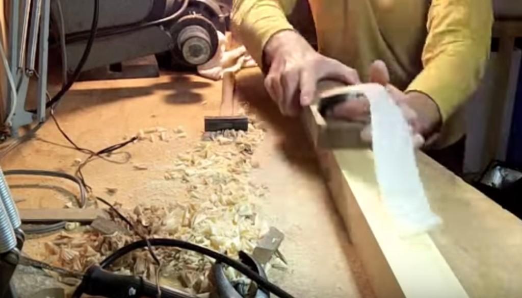 日本の「カンナ」を外国人が実際に使った動画をアップし絶賛される!「美しい。。これが本物の道具だ!」「薄すぎて紙みたい!」