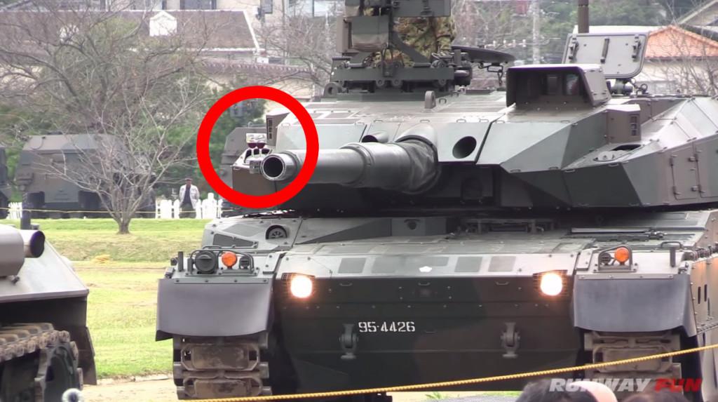 砲身に置いたワイングラスも倒れない!世界トップクラスの性能を誇る自衛隊の10式戦車の驚愕の安定性能!!