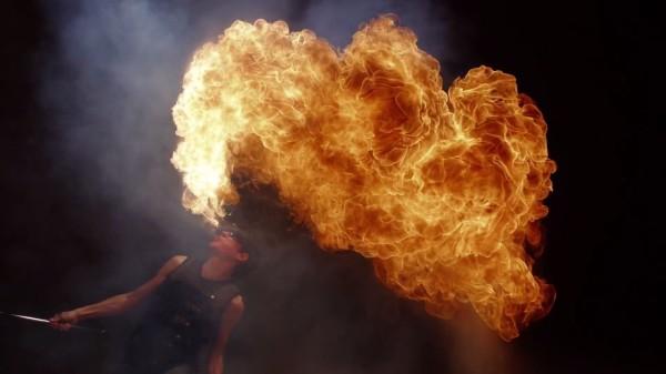 これはヤバい!48台のカメラで立体的に撮影された「炎」を一時停止して、グルッと見る映像!!