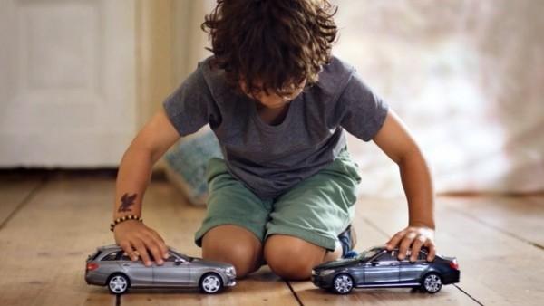 車を事故らせるのが大好きな子供たちに「ベンツ」がナイスアイディアなプレゼント!