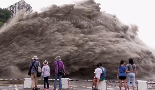 豪雨の後のダム放水!水の勢い強すぎ!!